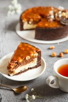 Dessert gustoso e bello - cheesecake al caramello salato con cioccolato e noci fatta dal pasticcere