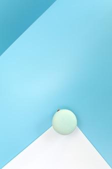 Gustoso macaron francese blu o amaretto su uno sfondo bianco e blu.