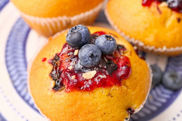 Gustoso muffin ai mirtilli con marmellata, primo piano