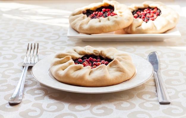 Gustosa colazione. galette dolce fatto in casa con bacche di sambuco e mirtilli rossi su un piatto