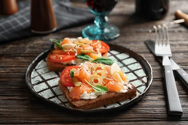Gustose bruschette con olive e salmone alla piastra