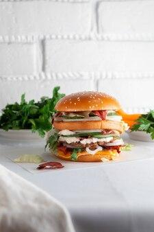 Gustoso hamburger su un tavolo in legno chiaro
