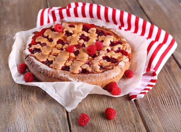 Gustosa torta con frutti di bosco sul primo piano del tavolo