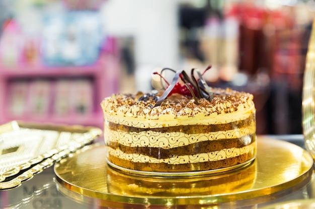 Gustosa torta con ciliegie nel vassoio da vicino
