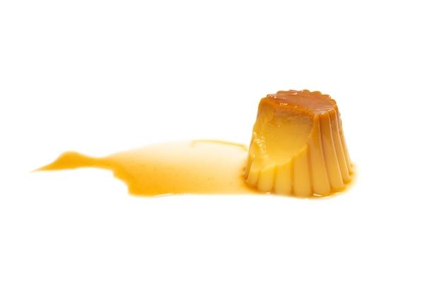 Gustoso budino al caramello isolato su una superficie bianca