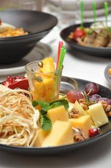 Piatto di formaggio gustoso a un banchetto in un ristorante close up