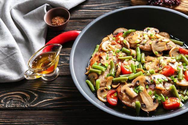 Marsala di pollo gustoso in padella sul tavolo