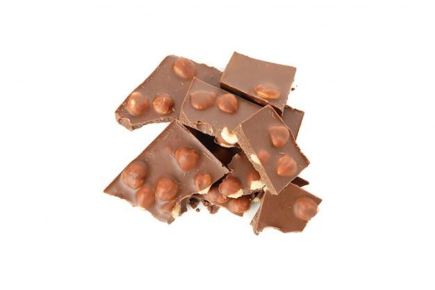 Gustosi pezzi di cioccolato isolati su sfondo bianco