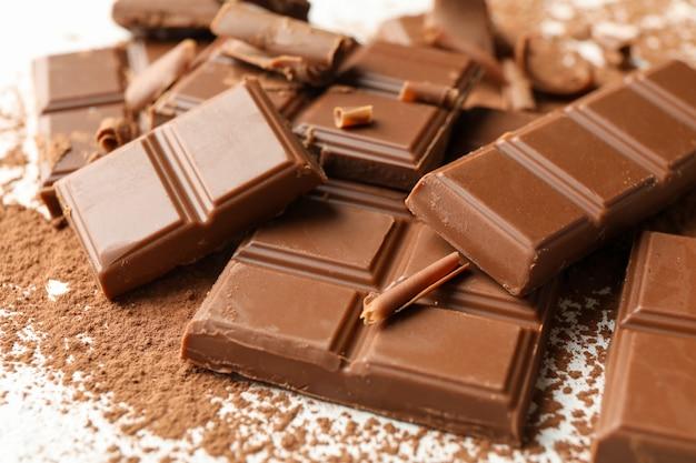 Gustoso cioccolato e polvere su bianco. cibo dolce