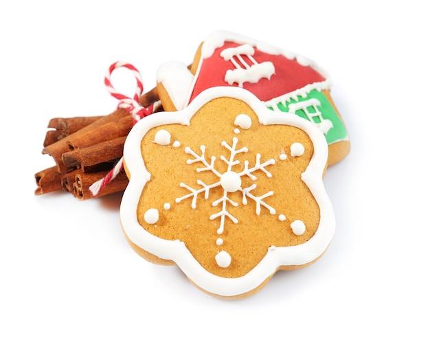 Gustosi biscotti di natale e cannella su sfondo bianco