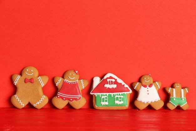 Gustosi biscotti di natale fatti in casa su sfondo colorato