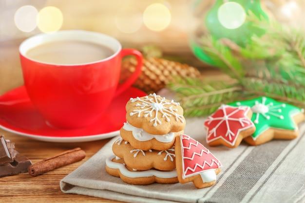 Gustosi biscotti natalizi fatti in casa e tazza di caffè sul tavolo