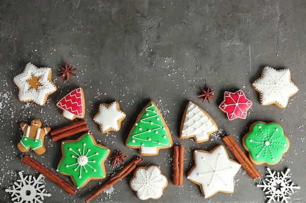 Gustosi biscotti natalizi fatti in casa su superficie grigia