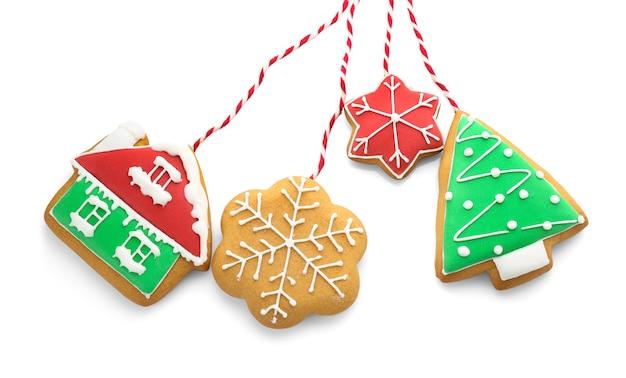Gustosi biscotti di natale fatti in casa su sfondo bianco
