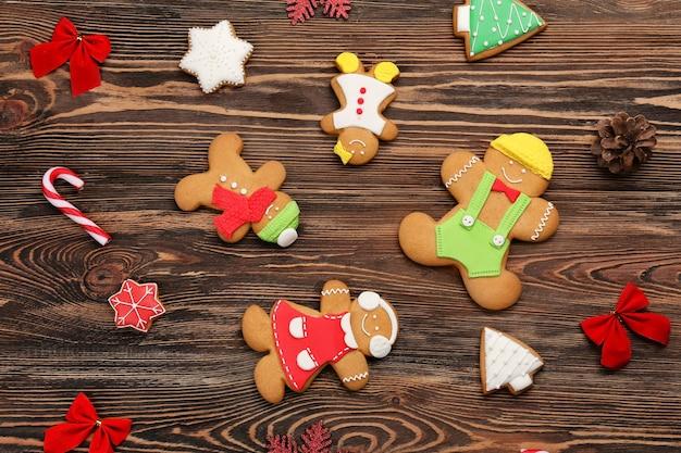 Biscotti casalinghi di natale saporiti su fondo di legno