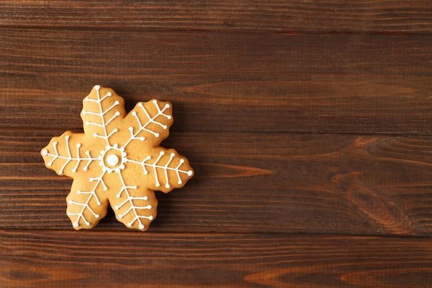 Gustoso biscotto di natale gustoso su fondo di legno