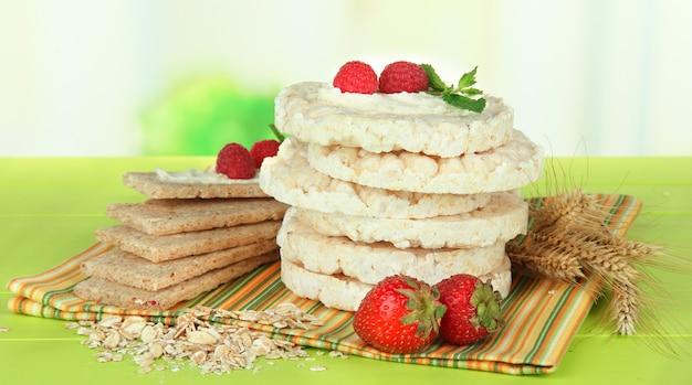 Gustoso pane croccante con frutti di bosco, sul tavolo verde