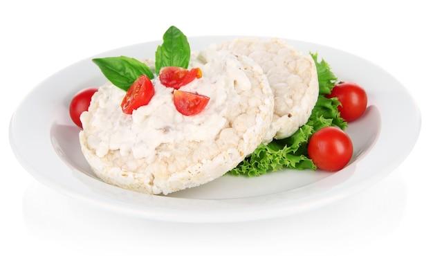 Gustosi pani croccanti con verdure, isolati su bianco