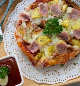 Gustosa pizza con peperoni croccanti al forno e tortilla con salsiccia piccante italiana,