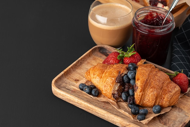 Gustosi croissant con una tazza di caffè con latte sul tavolo della cucina