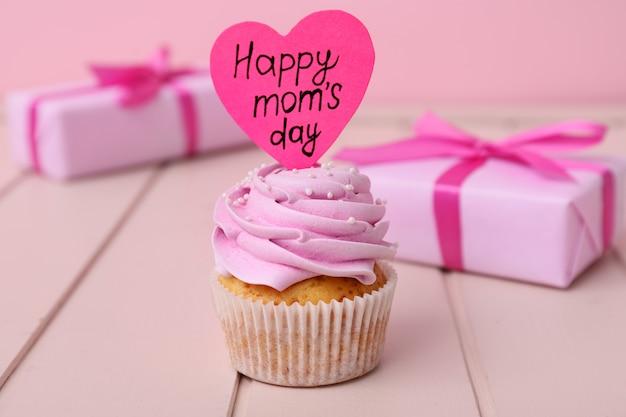 Gustoso cupcake per la festa della mamma sul tavolo