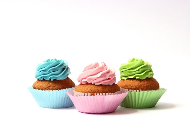 Gustosi cupcakes su uno sfondo bianco in primo piano