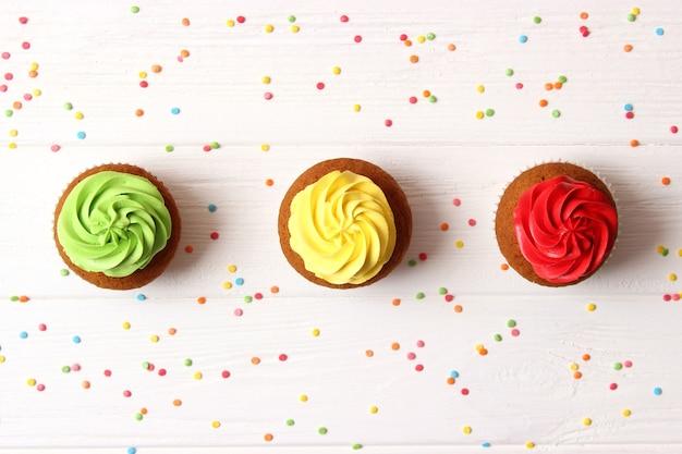 Gustosi cupcakes su uno sfondo bianco. foto di alta qualità