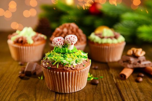 Gustosi cupcakes con crema al burro, sul tavolo di legno, sul luminoso