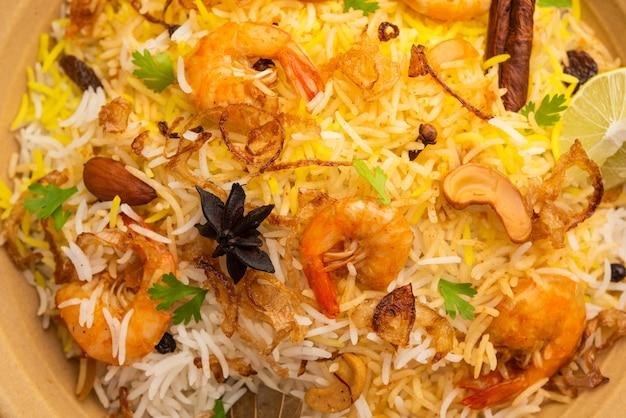 Gustosi e deliziosi gamberi biryani, jheenga pulav o pilaf di gamberi