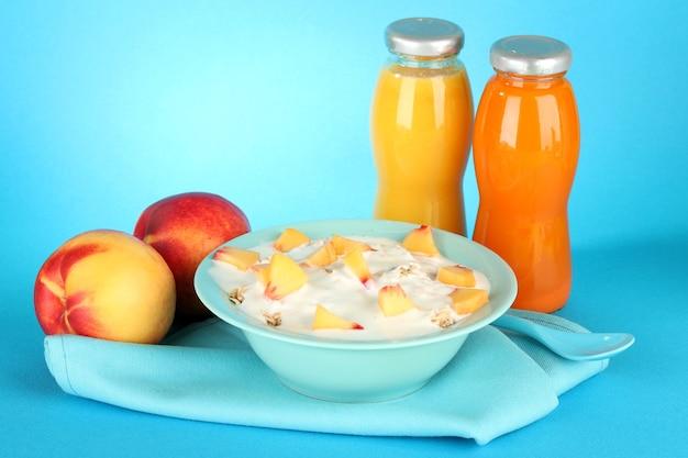 Gustosi cibi dietetici e bottiglie di succo di frutta, sul blu