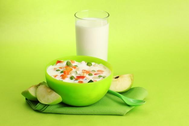 Cibo dietetico gustoso e bicchiere di latte