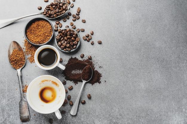 Gustoso caffè espresso in tazza con chicchi di caffè. vista dall'alto. concetto di caffè.