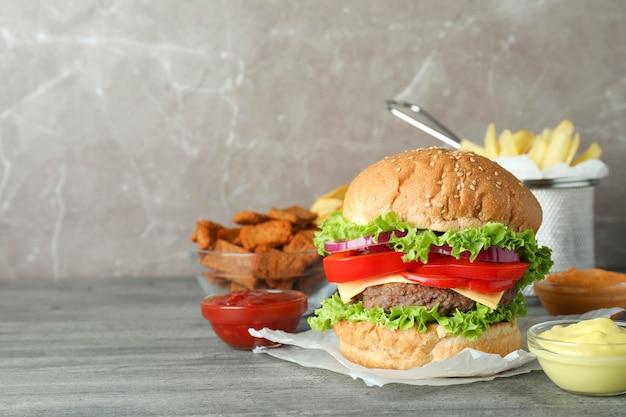 Fast food gustoso sul tavolo strutturato grigio