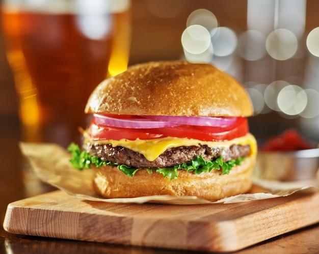 Gustoso hamburger di formaggio in stile fast food con birra