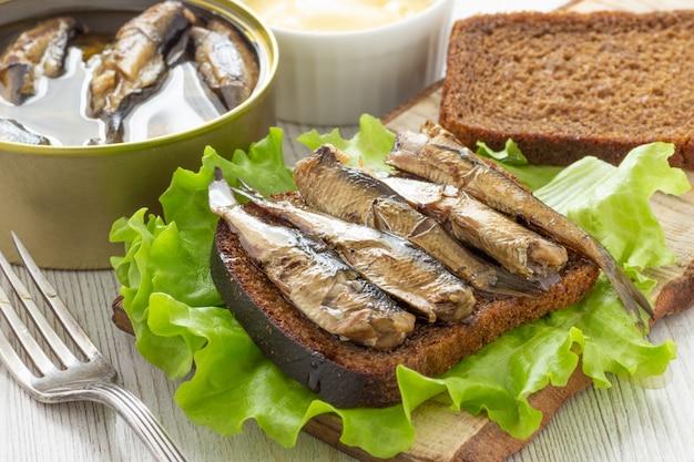Gustoso sandwich di pesce con pane e spratto in scatola