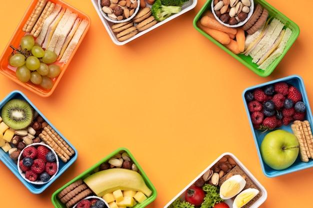 Disposizione di scatole per il pranzo di cibo gustoso con spazio di copia