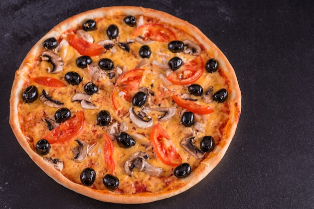 Gustosa pizza calda e fresca Foto Premium