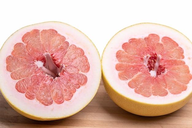 Pummelo arancione succoso fresco saporito tagliato a metà colpo del primo piano
