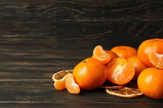 Mandarini freschi saporiti su fondo di legno rustico