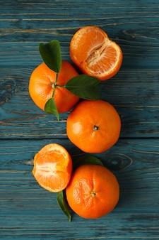 Mandarini freschi saporiti sulla tavola di legno rustica