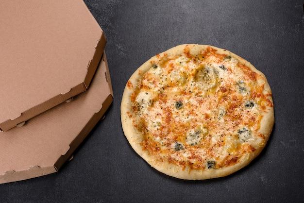Gustosa pizza fresca al forno con pomodori, formaggio e funghi su uno sfondo di cemento scuro. cucina italiana