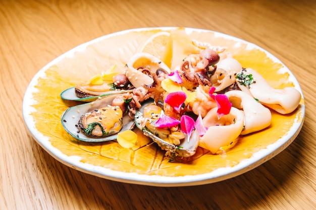 Insalata gustosa e fresca con cozze calamari