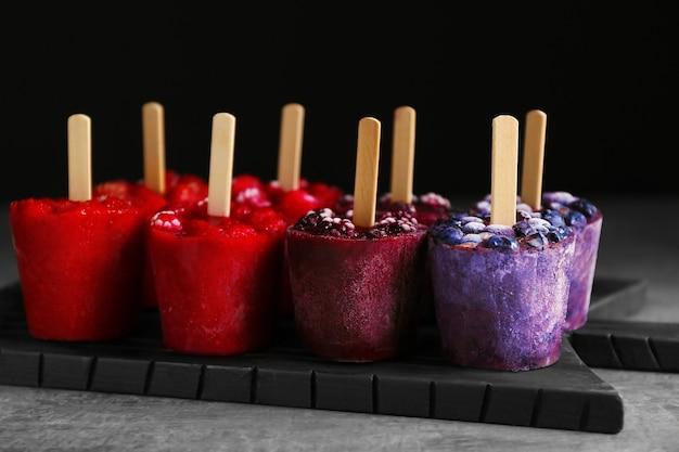 Gustoso gelato alla frutta sul tagliere, primo piano