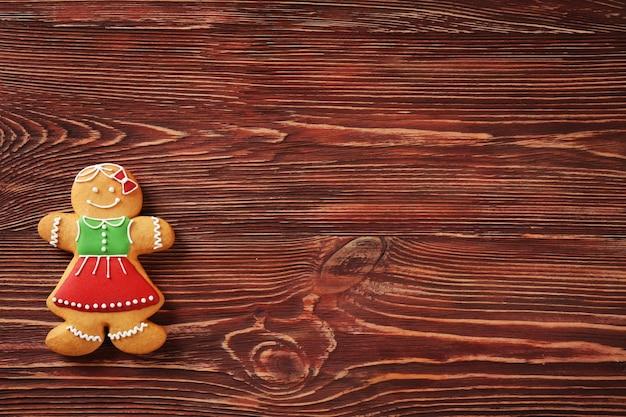 Gustoso biscotto di pan di zenzero sul tavolo di legno