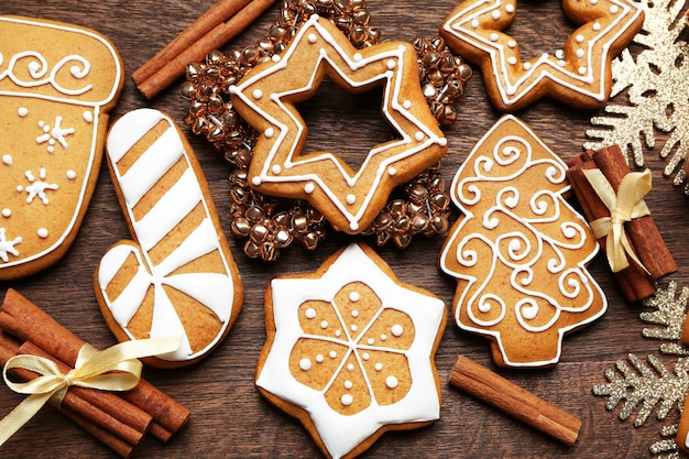 Gustosi biscotti di pan di zenzero e decorazioni natalizie su un tavolo di legno, primo piano