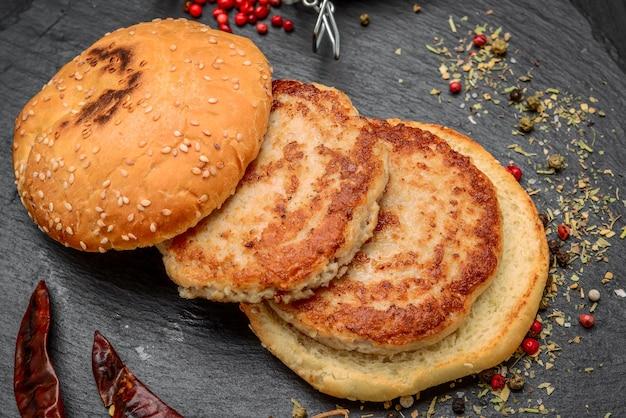 Gustosi hamburger fatti in casa alla griglia con carne di manzo. vista dall'alto