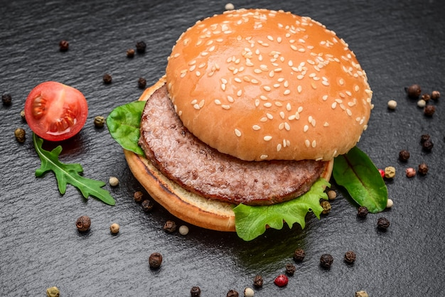 Gustosi hamburger fatti in casa alla griglia con carne di manzo.