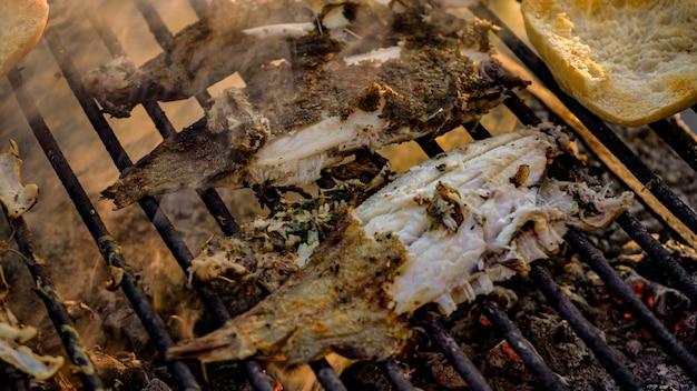 Gustoso dettaglio di cibo sogliola alla griglia con fumo