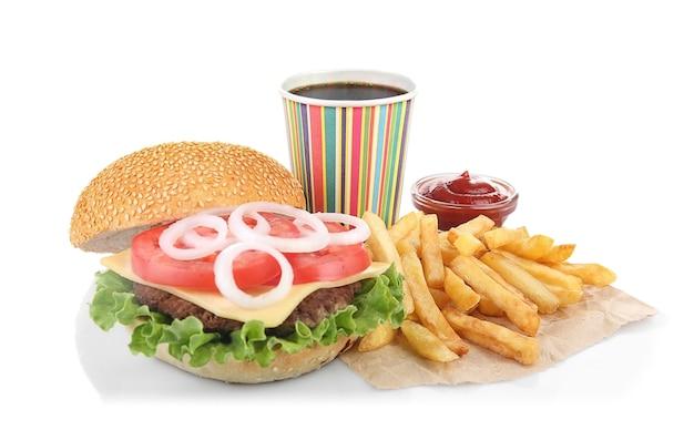 Gustoso hamburger con patatine fritte e coca cola, su fondo bianco