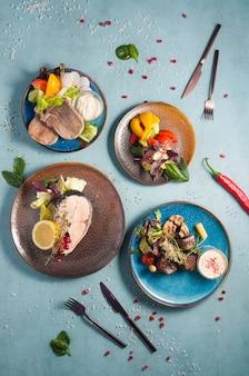 Gustoso cibo sano al vapore: lingua di manzo, bistecca di salmone, verdure al vapore, manzo al vapore